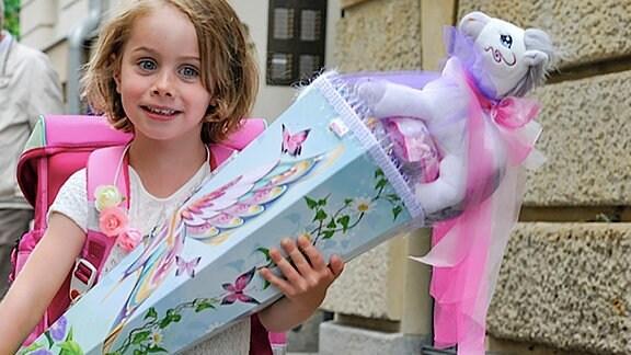 Ein Mädchen mit einer Zuckertüte