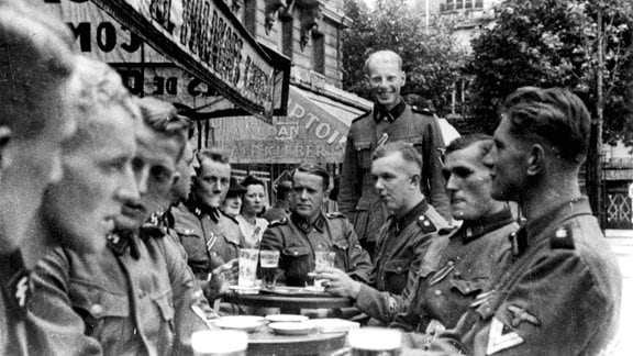 Angehörige der Leibstandarte Adolf Hitler in Paris