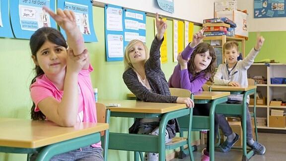 Schüler melden sich im Unterricht.